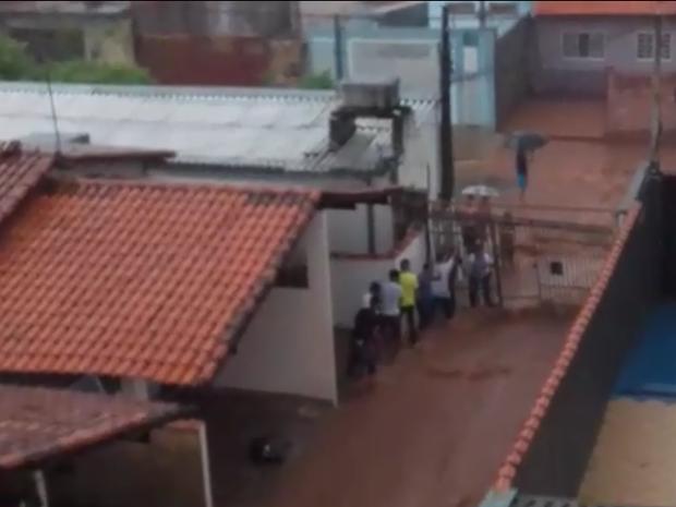 Após 4 dias, moradores do Jardim Carolina sofrem com a chuva. (Foto: Tamires Silva)