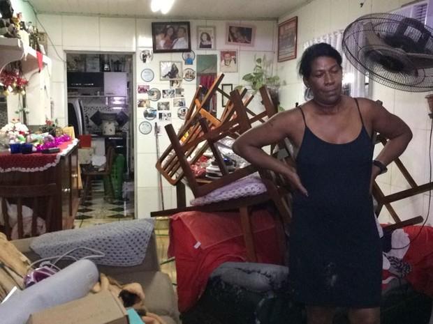 Moradora de viamão com móveis empilhados dentro de casa  (Foto: Juliano Posada/RBS TV)