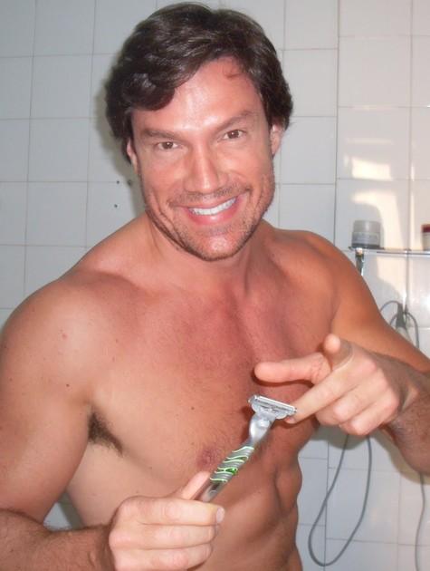 Ricardo Macchi em cena de 'Surferssauros tubarões de Copacabana' (Foto: Reprodução da internet)