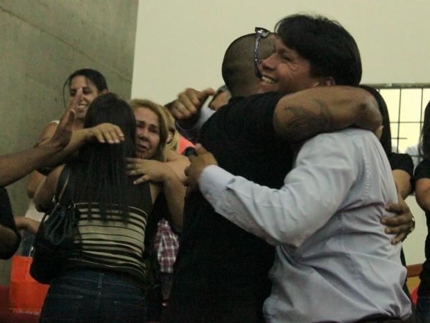 Familiares e amigos dos réus comemoraram a decisão do juri (Foto: Mônica Dias/G1 AM)