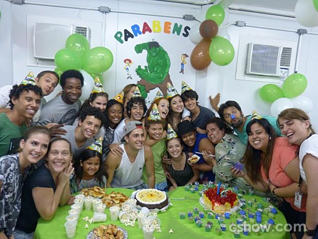 Marlon comemora seus onze anos ao lado da família e amigos de elenco (Foto: Malhação / TV Globo)