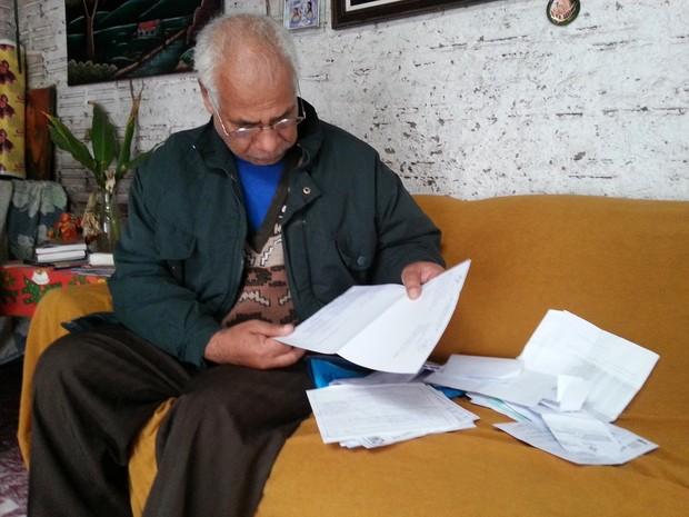 Adão Monteiro mostra documentação (Foto: Tanise Scherer/G1)