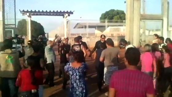 Imagem capturada de vídeo mostra familiares de presos em frente à Penitenciária Agrícola de Monte Cristo, onde uma briga entre detentos deixou 10 mortos no domingo (16) (Foto: HO / FOLHA DE BOA VISTA / AFP)