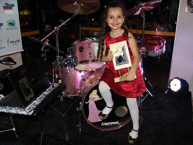 Eduarda recebeu o prêmio de mais jovem baterista feminina nesta quarta (16) (Foto: RankingBrasil/Divulgação)