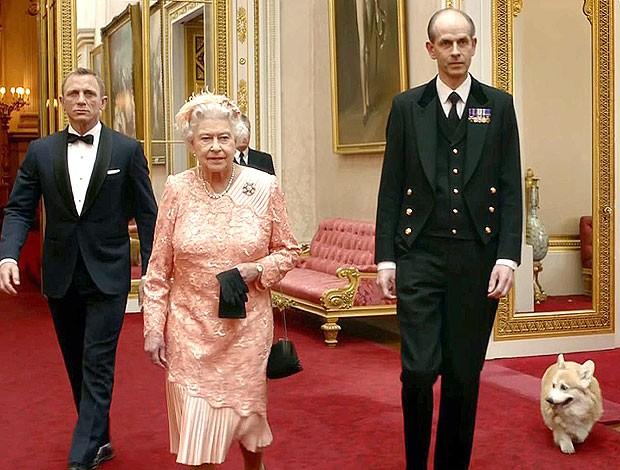 Rainha Elizabeth II cachorro vídeo abertura Olimpíadas 007 (Foto: AFP)