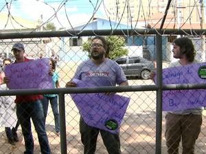 Grupo reivindica aumento salarial para professores estaduais, em Campinas (Foto: Reprodução / EPTV)