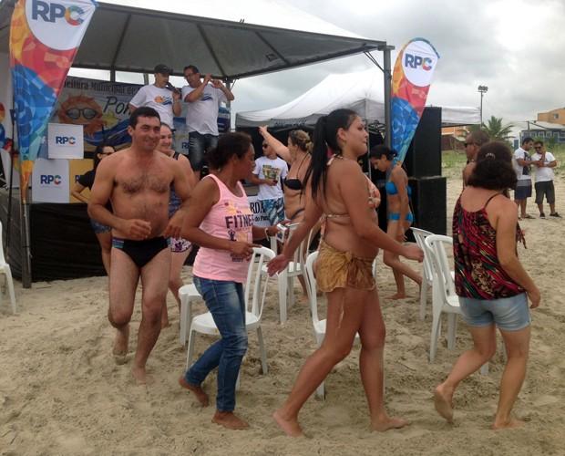 Ganha quem sentar na última cadeir (Foto: Divulgação/RPC)