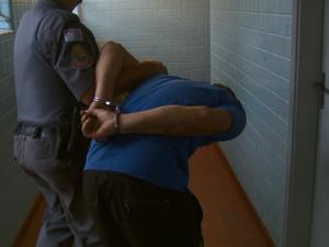 Suspeito foi detido pela Polícia após assalto ao banco (Foto: Reprodução/EPTV)