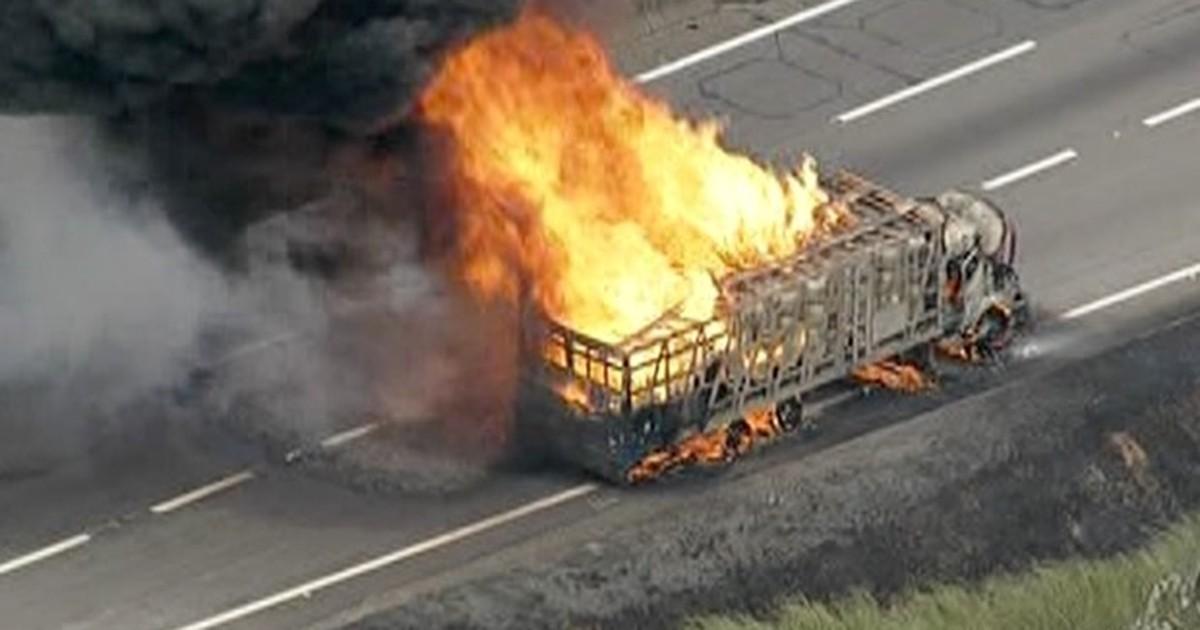Caminhão em chamas interdita totalmente via Dutra em Jacareí, SP - Globo.com