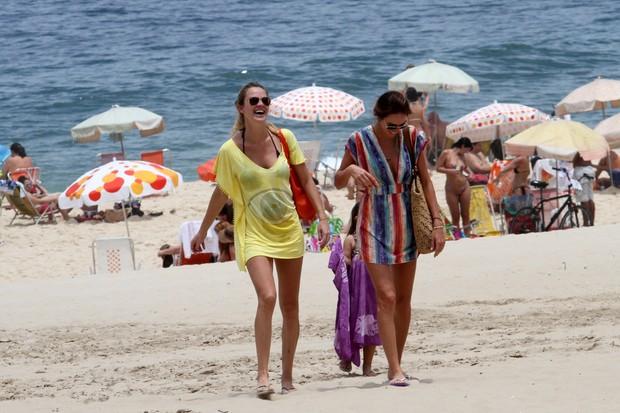 Letícia Birkheuer com seu filho na praia de Ipanema (Foto: Wallace Barbosa/AgNews)