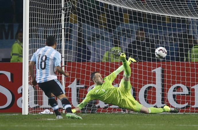 Tevez pênalti Argentina Colômbia Ospina (Foto: Reuters )