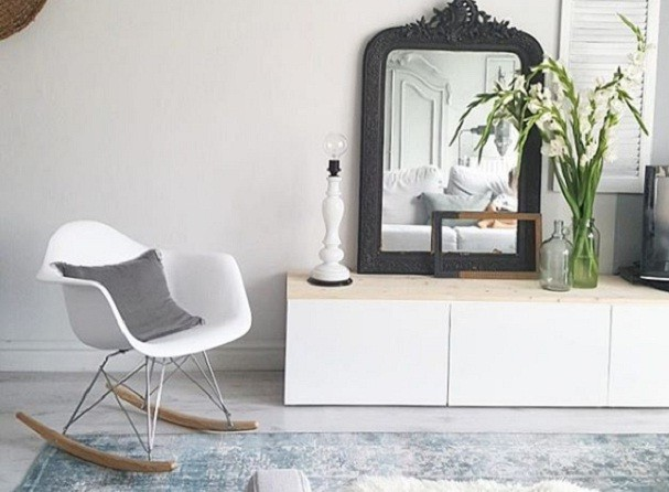 Eames, de madeira ou acrílico... Quer uma casa como a da vovó? Tenha uma cadeira de balanço! (Foto: @rohouseproud/Instagram)