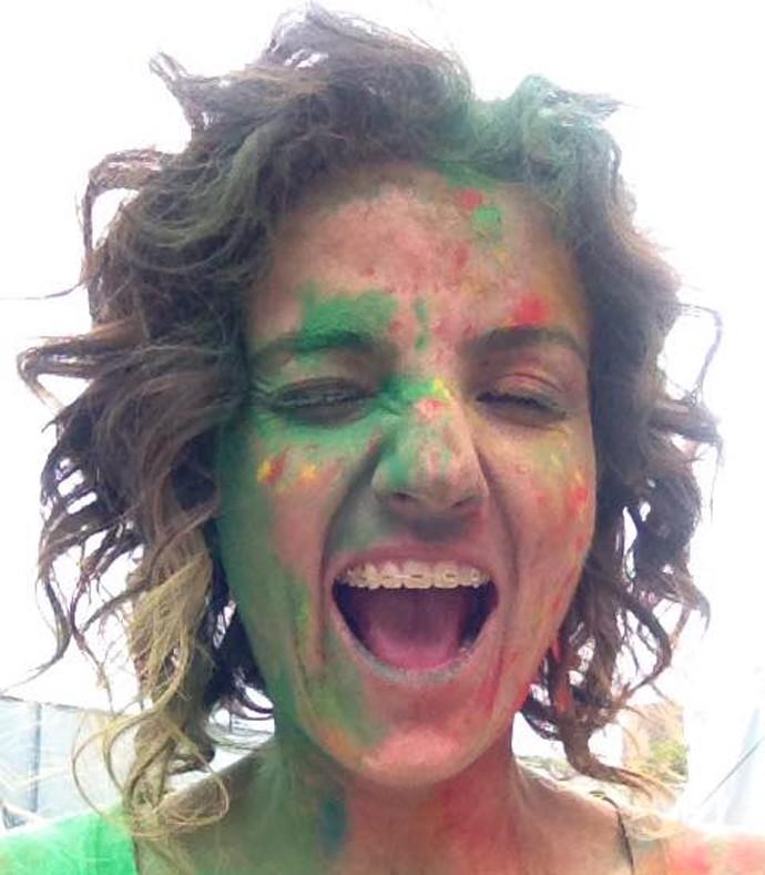 Até com tinta no cabelo, na festa Happy Holi, os cachos continuam lindos (Foto: Divulgação/ RPC)