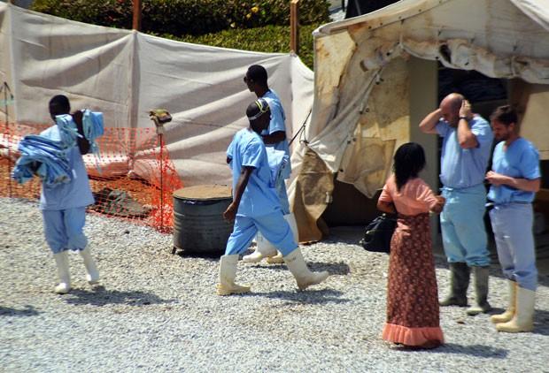 Trabalhadores da área da saúde trabalham em área de isolamento para pessoas infectadas pelo ebola na Guiné (Foto: Cellou Binani/AFP)