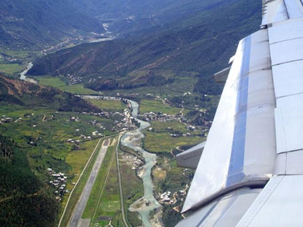 Paro Airport, no Butão, eleito um dos que oferecem os pousos mais belos do mundo (Foto: Divulgação/PrivateFly)