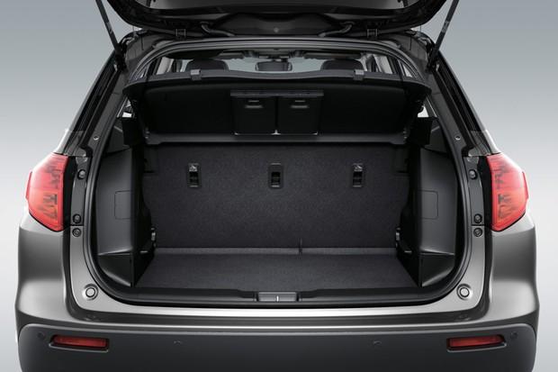 O porta-malas tem volume satisfatório e o banco traseiro é bipartido (Foto: Divulgação)