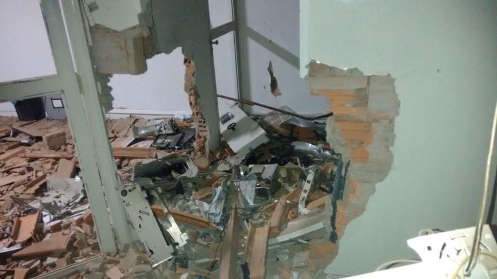 Bandidos explodiram a agência e levaram o cofre (Foto: Polícia Militar/Divulgação)