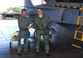 Piloto da FAB, major Leite (à direita na foto) voou o Gripen na África do Sul (Foto: Força Aérea Brasileira/Divulgação)