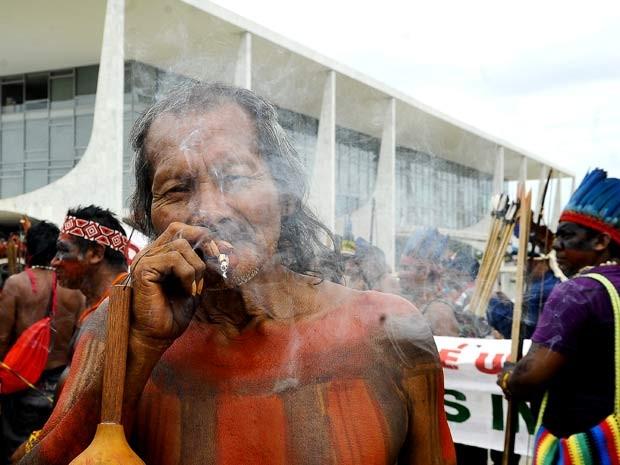 Índio fuma em frente ao Palácio do Planalto durante manifestação em frente ao Palácio do Planalto nesta terça-feira (6) (Foto: Antonio Cruz/ABr)