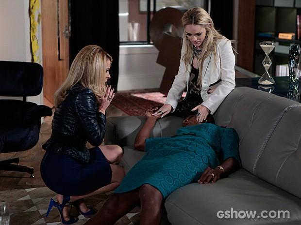Dorothy cai dura depois de beber o champanhe que Pamela ofereceu (Foto: Felipe Monteiro / TV Globo)