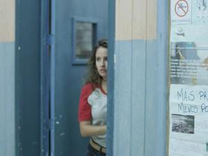 Nanda escuta conversa dos dois na porta (Foto: TV Globo)