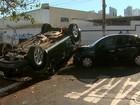 Veículo avança sinal de pare, bate em outro carro e capota em Ribeirão Preto