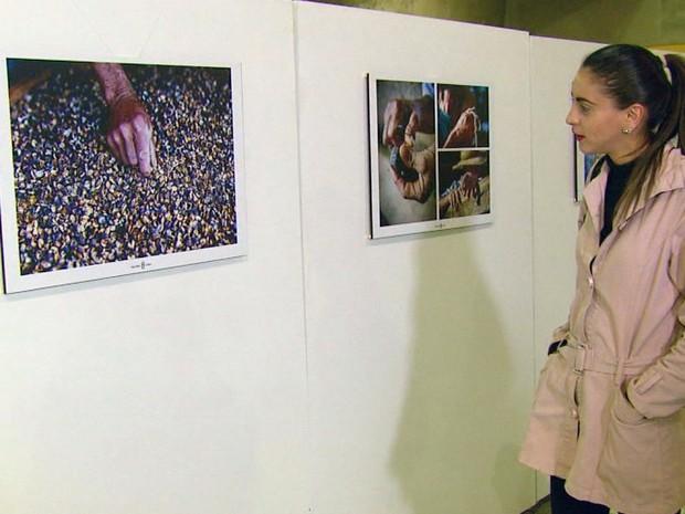 Devoção, café e o povo são as essências das fotografias da mostra em Itajubá (Foto: Reprodução EPTV)