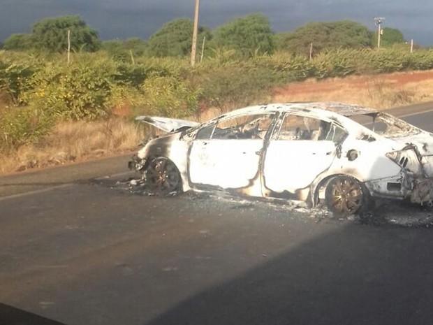 Carro foi incendiado por bandidos em estradas, para facilitar fuga (Foto: Edivaldo Braga/ Blog Braga)
