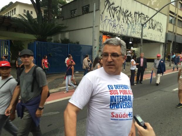 Secretário municipal da Saúde, Alexandre Padilha (PT), participa de manifestação contra impeachment (Foto: Karina Godoy/G1)