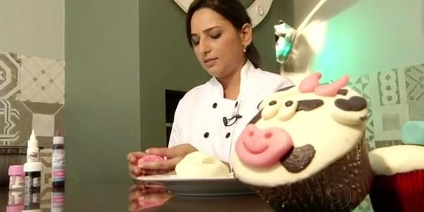 Mariana ensinou a fazer uma decoração de vaquinha no cup cake (Foto: Reprodução Rio Sul Revista)