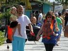 Carolinie Figueiredo caminha com o marido e os filhos na orla do Rio
