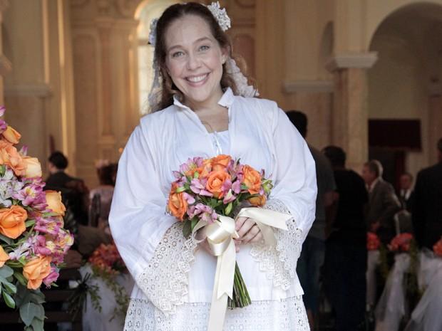 A noiva muda de vestido durante a cerimônia (Foto: Lado a Lado/TV Globo)