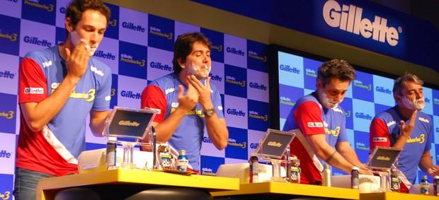 Bruno Senna e Cacá Bueno interpretam cena de barbear (Foto: Marcos Guerra)