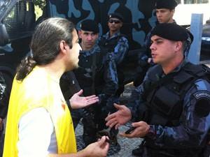 O professor Guilherme Mota (à esquerda) negocia com o responsável pelos homens do Batalhão de Choque (Foto: Bernardo Tabak/G1)