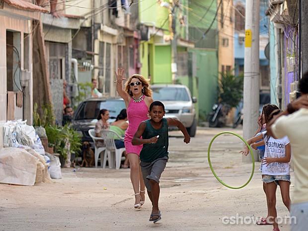 Pamela é assaltada por um menino na comunidade (Foto: Raphael Dias / TV Globo)