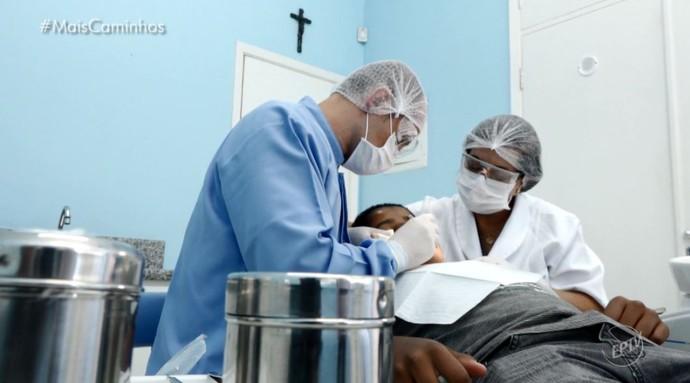 Sílvio Brusetti é dentista voluntário, na 'Casa da Criança Paralítica' (Foto: reprodução EPTV)
