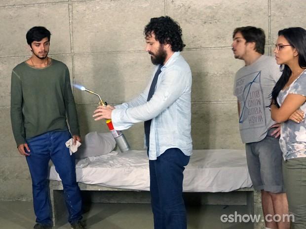 André testa a ferramenta (Foto: Além do Horizonte/TV Globo)
