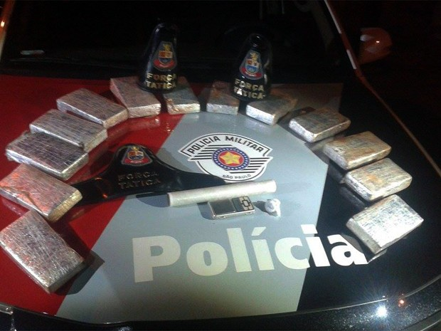 Entorpecentes foram encontrados em bolsa dentro da residência (Foto: Polícia MIlitar/Divulgação)
