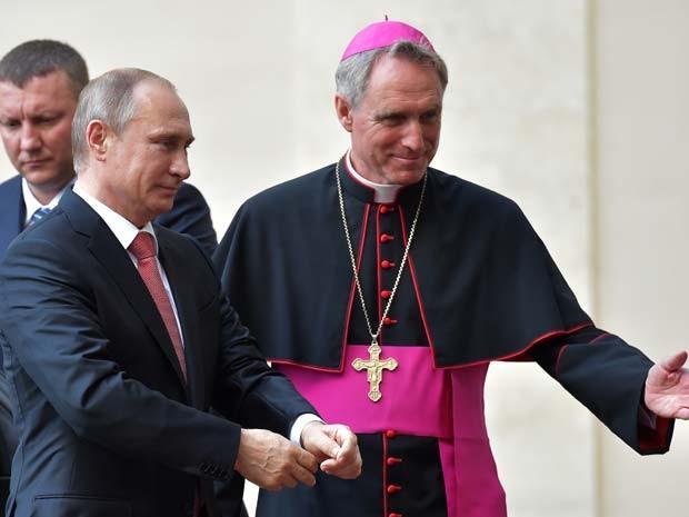 O presidente russo Vladimir Putin é recebido pelo bispo Georg Gaenswein ao chegar a reunião privada com o Papa Francisco nesta quarta-feira (10) no Vaticano (Foto: REUTERS/Alessandro Bianchi)