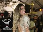 Tati Minerato deixa calcinha à mostra em noite de samba em São Paulo