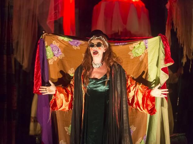 Atriz Inês Peixoto interpreta a protagonista condessa Ilse em 'Os gigantes da montanha' (Foto: Guto Muniz / Divulgação)