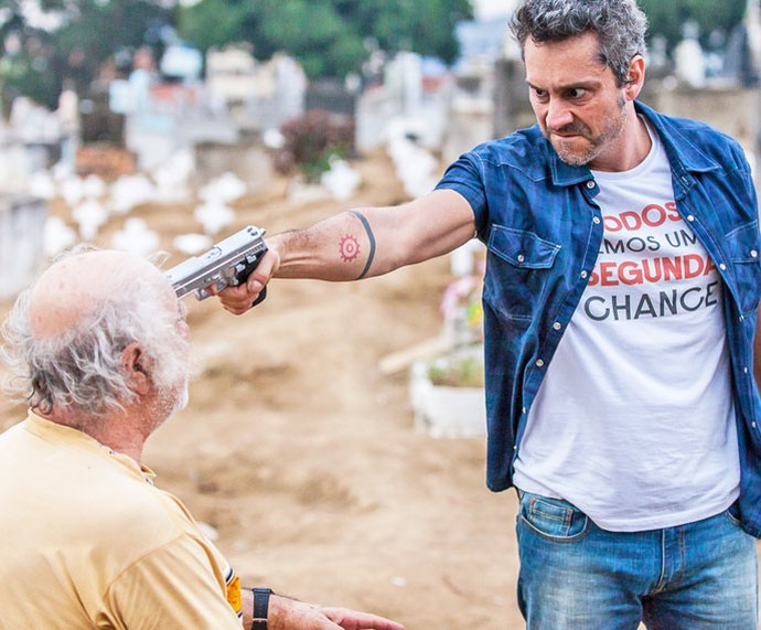 Romero aponta arma para Ascânio (Foto: Artur Meninea / Gshow)