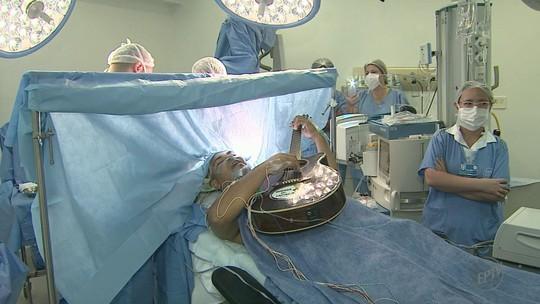 Músico canta e toca violão durante cirurgia cerebral no HC de Barretos