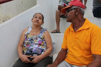 O marido e o radinho de pilha são companheiros inseparáveis de dona Maria durantes os jogos do Carcará (Foto: Emerson Rocha)