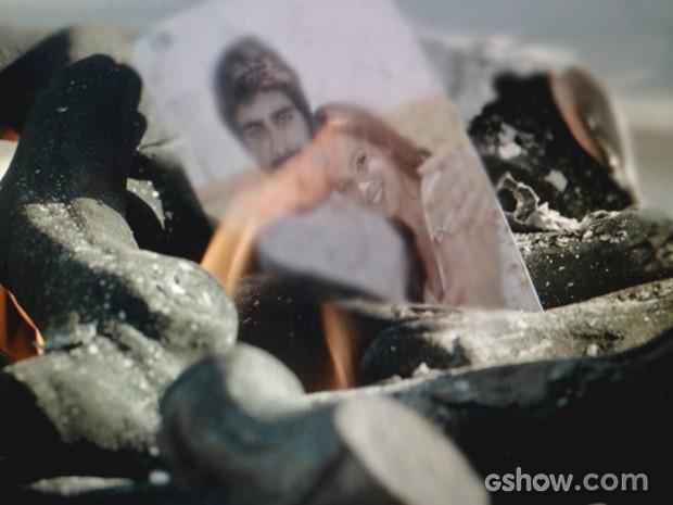Helena queima lembranças de Laerte (Foto: Em Família / TV Globo)
