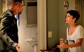 Jorginho aparece de surpresa na casa de Nina e, irritado, tira satisfações com ela