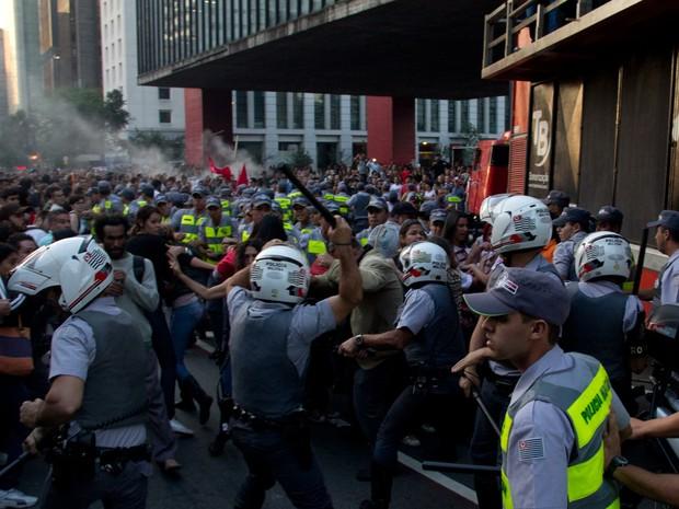 Confronto após assembleia de professores na Avenida Paulista (Foto: Diogo Moreira/Frame/Estadão Conteúdo)