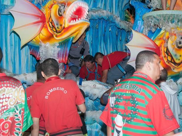 Destaque caiu de carro alegórico da X-9 no segundo dia de desfiles do carnaval de SP (Foto: Peter Leone/Futura Press/Estadão Conteúdo)