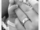 Sheila Mello posta foto segurando a mãozinha da filha