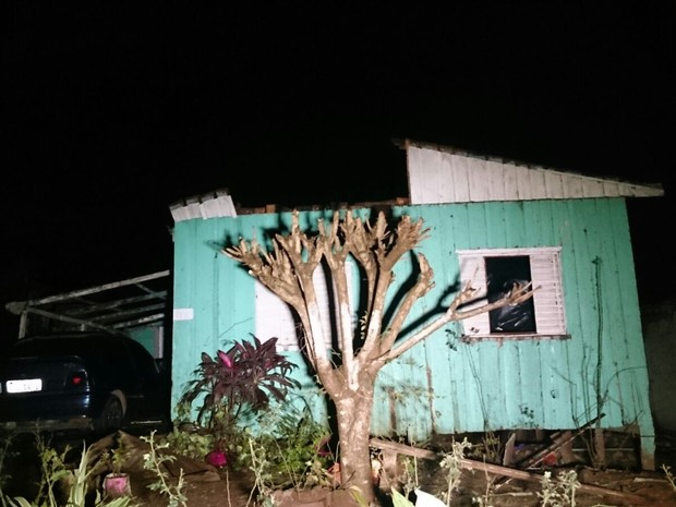 Temporal atingiu cerca de 50 casas em Francisco Beltrão (Foto: Micheli Arenza/RPC)